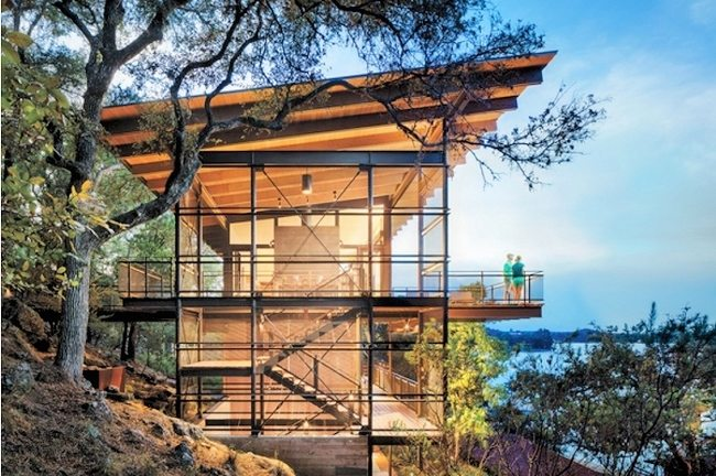 Dramatic Lakeside Vacation View Home On Difficult Hillside